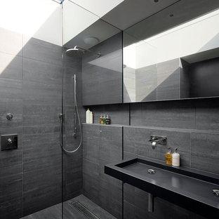 Ispirazione per una stanza da bagno con doccia minimal con lavabo rettangolare, doccia a filo pavimento, piastrelle grigie e pareti grigie