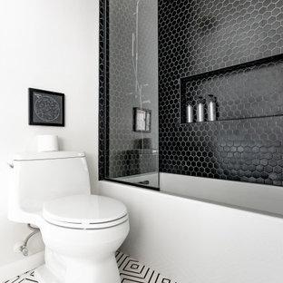 Ispirazione per una stanza da bagno stile americano con vasca ad alcova, WC monopezzo, piastrelle nere, piastrelle a mosaico, pareti bianche, pavimento multicolore, doccia aperta, nicchia e soffitto a volta