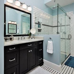 Immagine di una stanza da bagno con doccia classica con ante in stile shaker, ante nere, doccia ad angolo, piastrelle bianche, piastrelle diamantate, pareti blu, lavabo sottopiano, pavimento multicolore e porta doccia scorrevole