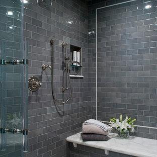 На фото: огромная главная ванная комната в стиле неоклассика (современная классика) с двойным душем, серой плиткой, стеклянной плиткой, полом из керамической плитки, белым полом, душем с распашными дверями, сиденьем для душа и обоями на стенах с