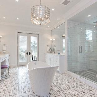 Esempio di una grande stanza da bagno padronale chic con ante bianche, vasca freestanding, piastrelle bianche, piastrelle in ceramica, pareti bianche, pavimento con piastrelle a mosaico, lavabo sottopiano, top in marmo, porta doccia a battente e top bianco