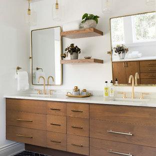 Idee per una grande stanza da bagno padronale costiera con pavimento con piastrelle in ceramica, lavabo sottopiano, top in quarzite, pavimento nero, top bianco, ante lisce, ante in legno bruno e pareti bianche