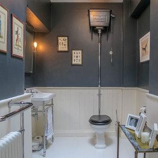 Diseño de cuarto de baño infantil, clásico, grande, con sanitario de dos piezas, baldosas y/o azulejos blancos, paredes grises, suelo de madera pintada, lavabo tipo consola y suelo blanco