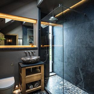 Пример оригинального дизайна: ванная комната в морском стиле с открытыми фасадами, светлыми деревянными фасадами, душем в нише, инсталляцией, черной плиткой, черными стенами, душевой кабиной, настольной раковиной и открытым душем