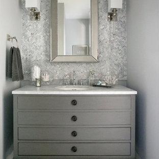 Ispirazione per una piccola stanza da bagno con doccia tradizionale con ante lisce, ante grigie, piastrelle grigie, piastrelle bianche, piastrelle di vetro, pareti grigie, lavabo sottopiano, top in marmo e pavimento bianco