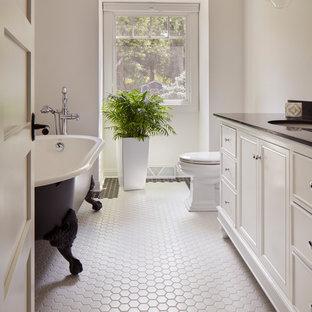 Inspiration för ett maritimt svart svart en-suite badrum, med luckor med infälld panel, vita skåp, ett badkar med tassar, vita väggar, ett undermonterad handfat och flerfärgat golv
