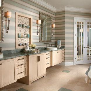 Foto di una stanza da bagno tropicale con ante in stile shaker, vasca freestanding e top verde
