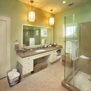 Inspiration för klassiska badrum, med granitbänkskiva
