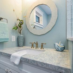 Maritimes Badezimmer mit Schrankfronten im Shaker-Stil, weißen Schränken, Eckdusche, weißen Fliesen, Glasfliesen, grüner Wandfarbe, Porzellan-Bodenfliesen, Unterbauwaschbecken, Quarzit-Waschtisch, grauem Boden, Falttür-Duschabtrennung und bunter Waschtischplatte in Tampa