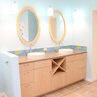 Esempio di una stanza da bagno padronale stile marinaro di medie dimensioni con ante lisce, ante in legno chiaro, WC a due pezzi, piastrelle multicolore, piastrelle di vetro, pareti blu, pavimento con piastrelle in ceramica, lavabo a bacinella, top in quarzo composito e pavimento beige