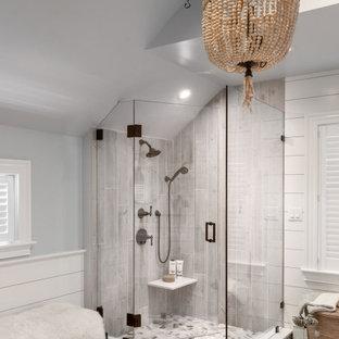 Inredning av ett klassiskt stort vit vitt en-suite badrum, med luckor med infälld panel, vita skåp, ett fristående badkar, en hörndusch, en toalettstol med separat cisternkåpa, grå kakel, keramikplattor, grå väggar, klinkergolv i porslin, ett undermonterad handfat, bänkskiva i kvarts, grått golv och dusch med gångjärnsdörr