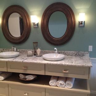 Diseño de cuarto de baño principal, clásico renovado, pequeño, con armarios estilo shaker, bañera exenta, ducha esquinera, baldosas y/o azulejos grises, baldosas y/o azulejos de mármol, paredes verdes, suelo vinílico, lavabo sobreencimera, encimera de cuarcita, suelo gris, ducha con puerta con bisagras, encimeras grises y puertas de armario beige