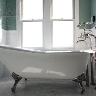 Esempio di una stanza da bagno padronale costiera di medie dimensioni con lavabo a colonna, vasca con piedi a zampa di leone, doccia ad angolo, WC a due pezzi, consolle stile comò, ante turchesi, piastrelle bianche, piastrelle in pietra, pareti verdi e pavimento in marmo