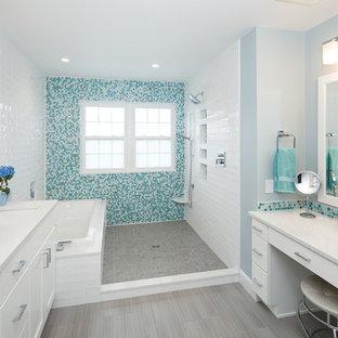 Foto de cuarto de baño marinero, grande, sin sin inodoro, con armarios con paneles lisos, puertas de armario blancas, bañera encastrada, bidé, baldosas y/o azulejos azules, baldosas y/o azulejos en mosaico, paredes azules, suelo de baldosas de porcelana, lavabo bajoencimera, encimera de cuarzo compacto, suelo gris, ducha abierta y encimeras blancas