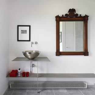 Modelo de cuarto de baño principal, moderno, de tamaño medio, con armarios abiertos, ducha doble, paredes blancas, suelo de mármol, lavabo con pedestal y encimera de zinc