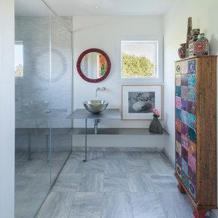 Ispirazione per una stanza da bagno padronale bohémian di medie dimensioni con pareti bianche, pavimento in marmo, top in zinco, doccia a filo pavimento, piastrelle grigie e lavabo a bacinella