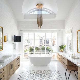 Exempel på ett stort modernt en-suite badrum, med skåp i shakerstil, skåp i ljust trä, ett fristående badkar, vit kakel, tunnelbanekakel, vita väggar, ett fristående handfat, marmorbänkskiva och vitt golv