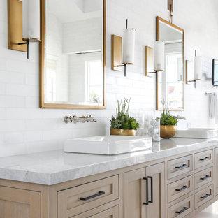 Ispirazione per una grande stanza da bagno padronale moderna con ante in stile shaker, ante in legno chiaro, piastrelle bianche, piastrelle diamantate, pareti bianche, lavabo a bacinella, top in marmo e pavimento bianco