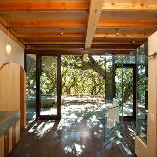Foto de cuarto de baño ecléctico con lavabo integrado, encimera de cemento, ducha a ras de suelo y baldosas y/o azulejos grises