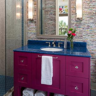 Idéer för ett klassiskt blå badrum med dusch, med skåp i shakerstil, en dusch i en alkov, beige kakel, flerfärgade väggar, ett undermonterad handfat och blått golv