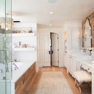 Ispirazione per una grande stanza da bagno padronale stile marino con ante bianche, vasca sottopiano, parquet chiaro, lavabo a bacinella, piastrelle beige, piastrelle marroni, piastrelle bianche, piastrelle in ceramica, pareti bianche e porta doccia a battente