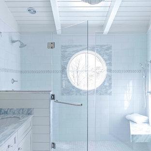 Esempio di una stanza da bagno padronale classica di medie dimensioni con ante lisce, ante bianche, doccia aperta, WC a due pezzi, piastrelle bianche, piastrelle in gres porcellanato, pareti bianche, pavimento in gres porcellanato, lavabo sottopiano, top in marmo, pavimento bianco, porta doccia a battente e top blu