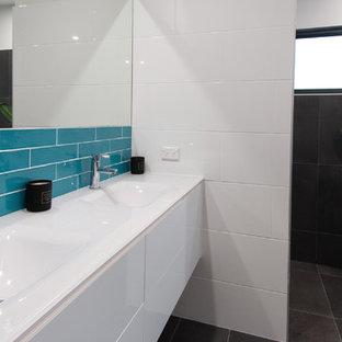 Ispirazione per una stanza da bagno stile marinaro con ante bianche, piastrelle blu, piastrelle diamantate, pareti bianche, pavimento con piastrelle in ceramica, top in vetro e pavimento grigio