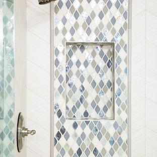 Exemple d'un sauna chic de taille moyenne avec un placard avec porte à panneau surélevé, des portes de placard blanches, un WC à poser, un carrelage blanc, des carreaux de céramique, un mur gris, un sol en carrelage de céramique, un lavabo posé et un plan de toilette en granite.
