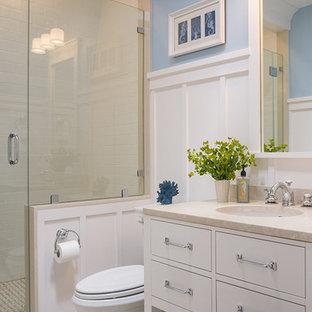 Esempio di una stanza da bagno vittoriana con ante bianche e pareti blu