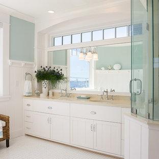 Immagine di una stanza da bagno padronale vittoriana con lavabo sottopiano, ante con riquadro incassato, ante bianche, piastrelle bianche, piastrelle diamantate e pareti blu