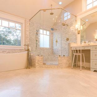 Ispirazione per una stanza da bagno padronale moderna di medie dimensioni con ante in stile shaker, ante grigie, doccia alcova, WC a due pezzi, piastrelle bianche, piastrelle di marmo, pareti grigie, pavimento in cemento, lavabo sottopiano, top in quarzo composito, pavimento grigio, porta doccia scorrevole e top bianco