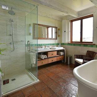 Diseño de cuarto de baño rural con armarios tipo mueble, puertas de armario de madera clara, bañera exenta, ducha esquinera, baldosas y/o azulejos beige, baldosas y/o azulejos de terracota, suelo de baldosas de terracota, lavabo encastrado, encimera de mármol, suelo naranja y ducha con puerta con bisagras