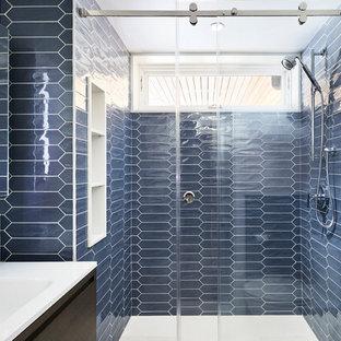 Ispirazione per una stanza da bagno per bambini moderna di medie dimensioni con piastrelle in ceramica, pareti blu, pavimento in pietra calcarea, lavabo sospeso, pavimento beige e porta doccia scorrevole