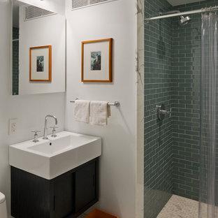 Ispirazione per una stanza da bagno design con lavabo sospeso, ante lisce, ante nere, doccia alcova, piastrelle verdi e piastrelle di vetro