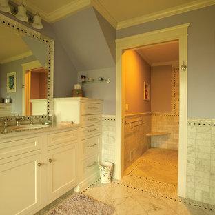 Großes Modernes Badezimmer En Suite mit Einbauwaschbecken, Schrankfronten im Shaker-Stil, weißen Schränken, Einbaubadewanne, offener Dusche, weißen Fliesen, Keramikfliesen, lila Wandfarbe und Marmorboden in New York