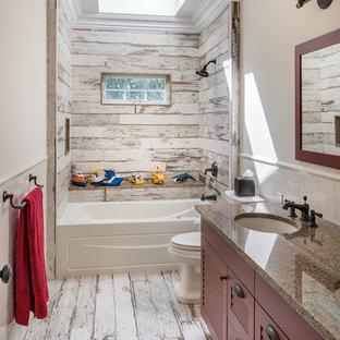Foto di una stanza da bagno per bambini classica di medie dimensioni con ante a persiana, ante rosse, vasca da incasso, WC a due pezzi, piastrelle bianche, piastrelle diamantate, pavimento in gres porcellanato, lavabo sottopiano e top in granito