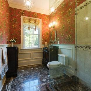 Ispirazione per una stanza da bagno con doccia chic con piastrelle a mosaico, lavabo sottopiano, consolle stile comò, ante in legno bruno, top in quarzite, doccia ad angolo, WC a due pezzi, pareti rosse e pavimento in marmo
