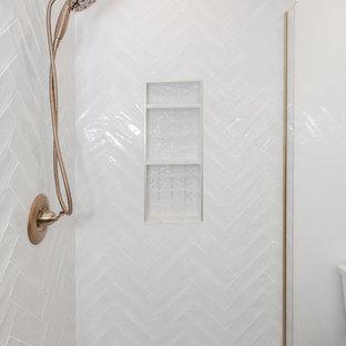 Mittelgroßes Modernes Duschbad mit Kassettenfronten, dunklen Holzschränken, Eckdusche, Toilette mit Aufsatzspülkasten, weißen Fliesen, Metrofliesen, weißer Wandfarbe, Porzellan-Bodenfliesen, Einbauwaschbecken, Quarzwerkstein-Waschtisch, weißem Boden, Falttür-Duschabtrennung und weißer Waschtischplatte in Los Angeles