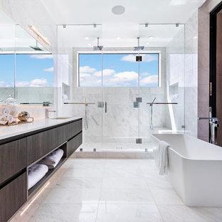 Foto di una stanza da bagno padronale contemporanea con ante lisce, ante marroni, vasca freestanding, doccia doppia, piastrelle grigie, pareti grigie, lavabo sospeso, pavimento grigio, doccia aperta e top bianco