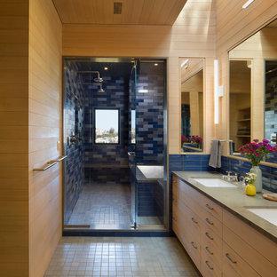 Ispirazione per una grande stanza da bagno padronale chic con ante lisce, ante in legno chiaro, vasca giapponese, doccia doppia, pareti multicolore, pavimento con piastrelle in ceramica, lavabo da incasso, top in pietra calcarea, pavimento blu e porta doccia a battente