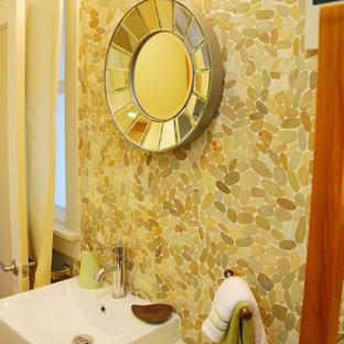 Ispirazione per una piccola stanza da bagno con doccia chic con ante in stile shaker, ante in legno scuro, piastrelle beige, piastrelle di ciottoli, pareti beige e lavabo sospeso