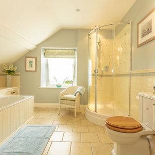 Idee per una stanza da bagno padronale country con vasca da incasso, doccia ad angolo, WC a due pezzi, piastrelle beige, pareti blu, pavimento beige e porta doccia scorrevole