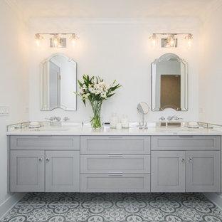 シカゴの広いカントリー風おしゃれなマスターバスルーム (シェーカースタイル扉のキャビネット、グレーのキャビネット、猫足バスタブ、オープン型シャワー、分離型トイレ、ミラータイル、白い壁、セメントタイルの床、アンダーカウンター洗面器、クオーツストーンの洗面台、オープンシャワー) の写真