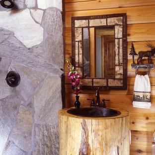 Foto de cuarto de baño principal, rural, con ducha abierta y lavabo con pedestal