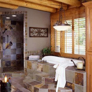 Diseño de cuarto de baño principal, rural, con bañera encastrada, ducha abierta, paredes grises y lavabo con pedestal