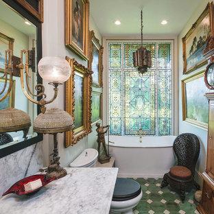 Immagine di una stanza da bagno vittoriana con vasca freestanding, pareti bianche, pavimento verde e top bianco