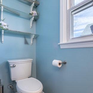 Ejemplo de cuarto de baño principal, contemporáneo, pequeño, con armarios estilo shaker, puertas de armario grises, suelo laminado, encimera de granito, suelo marrón y encimeras grises