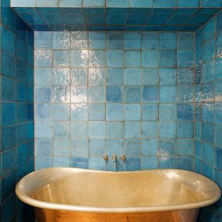 Esempio di una stanza da bagno padronale boho chic di medie dimensioni con ante in legno bruno, vasca freestanding, doccia alcova, WC monopezzo, piastrelle blu, piastrelle in ceramica, pareti blu, pavimento in gres porcellanato, lavabo sottopiano e top in pietra calcarea