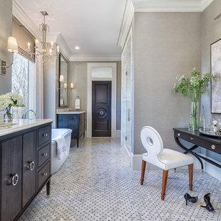 Großes Klassisches Badezimmer En Suite mit verzierten Schränken, dunklen Holzschränken, freistehender Badewanne, grauen Fliesen, Mosaikfliesen, grauer Wandfarbe, Marmorboden, Unterbauwaschbecken und Marmor-Waschbecken/Waschtisch in Sonstige