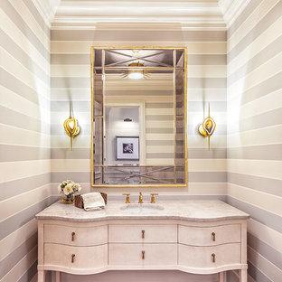 Idéer för att renovera ett mellanstort vintage badrum, med möbel-liknande, ett undermonterad handfat, marmorbänkskiva, mörkt trägolv och vita skåp
